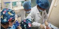 在甘肃甘南藏族自治州夏河县人民医院内,援藏医生诊治新生儿。(资料图) 高展 摄 - 甘肃新闻
