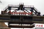 2020年7月17日,由中国铁建大桥局承建的新建中兰铁路冾村大桥连续梁顺利合拢。 卢文辉 摄 - 甘肃新闻