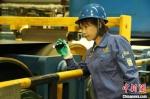 图为喻辅梅生产工作场景。 王天海 摄 - 甘肃新闻