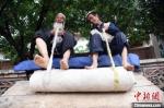 7月中旬,76岁的甘肃临夏州东乡县擀毡老艺人马社勒和儿子马胡才尼擀毡。 杨艳敏 摄 - 甘肃新闻