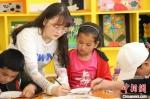 图为实践团成员教孩子们画画。 王玉丰 摄 - 甘肃新闻