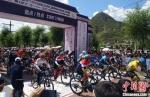"""7月31日,2020年""""冶力关杯""""甘南藏地传奇自行车赛暨UCC全国业余自行车联赛甘南站比赛鸣枪开赛。 马富春 摄 - 甘肃新闻"""