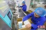 图为甘肃陇神戎发药业股份有限公司工作人员在生产车间里包装药品。(资料图) 高展 摄 - 甘肃新闻