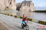 图为骑手在黄河石林大峡谷骑行。 杨艳敏 摄 - 甘肃新闻