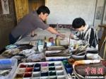 """图为2020年8月下旬,敦煌""""80后""""画家张杰龙(左)在为云南丽江""""学生""""莫北讲解敦煌壁画的绘画技巧。 冯志军 摄 - 甘肃新闻"""