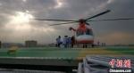 图为直升机在兰州大学第二医院楼顶停机坪降落,伤员以最快速度被送至ICU病房接受治疗。 甘肃省公航旅供图 - 甘肃新闻