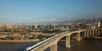 城际列车疾驰在中川铁路线上。(资料图) 宋佳龙 摄 - 甘肃新闻