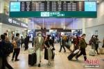 10月8日,旅客走出铁路北京南站5号出站口。 中新社记者 田雨昊 摄 - 甘肃新闻