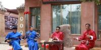 10月12日,甘肃省定西市临洮县举行非物质文化遗产展示中心启动仪式。图为当地皮影戏传承人赵学兵(右二)带领班社表演影子腔。 张婧 摄 - 甘肃新闻