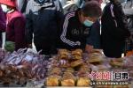 图为市民了解展出的放心食品。杨艳敏 摄 - 甘肃新闻