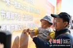图为市民在展板上签名。杨艳敏 摄 - 甘肃新闻