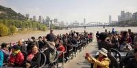 图为兰州水运集团邀请60岁及以上老年人免费登船游览黄河美景。(资料图) 刘玉桃 摄 - 甘肃新闻